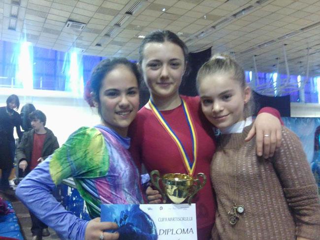 Vigh Kinga (mijloc) si Jurca Ruxandra (stanga)