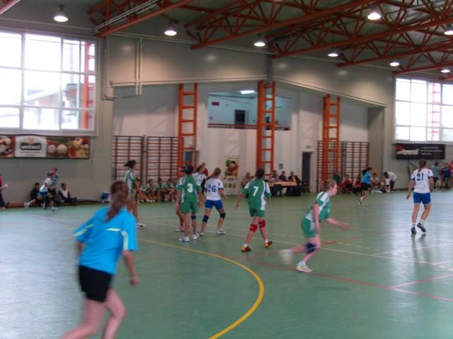 Meci de handbal in sala de sport din centrul orasului Ocna Mures