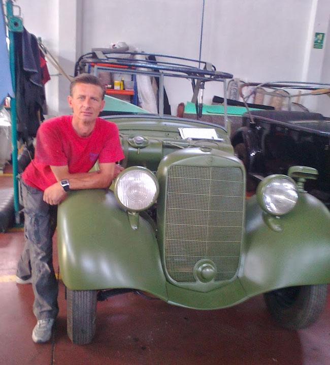 Emil Alexa alaturi de masina restaurata
